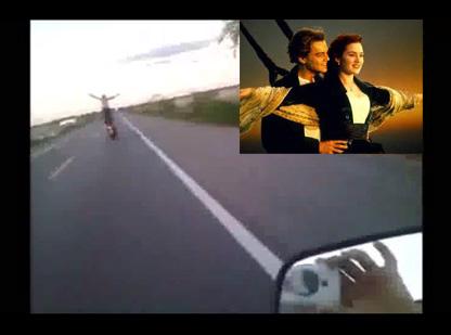 【事故死】バイクの上でタイタニックごっこしたら6秒後にエンディング迎えたw ※DQN映像