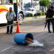 【グロ画像】女のナマ脚出てるセクシーなバケツが道に転がってるんだが・・・ ※閲覧注意