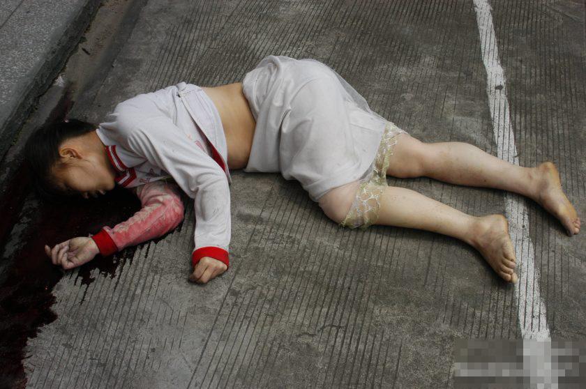 【JK自殺グロ】飛び降り自殺した女子高生の処女マ●コくぱぁしてみた・・・