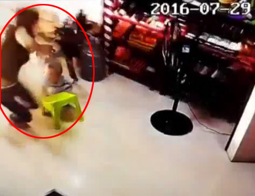 【閲覧注意】コマ?家の中にいるお母さんとご機嫌にお食事中の子供が車に轢かれるって・・・ in中国 ※動画