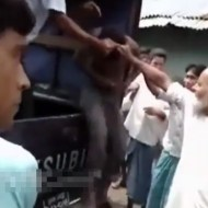 【衝撃映像】警察の護送車から引きずり降ろされて群衆に殺されてるのが16歳の少年 ※動画