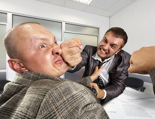 【衝撃映像】宝くじが当たった男性が最初にしたことは?⇒上司におしっこをかける
