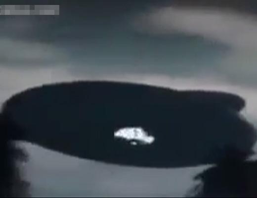 【衝撃映像】マレーシアで大事件になった飛行物体がUFO以外に見えないんだがw