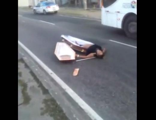 【閲覧注意】死人が道連れにした???霊柩車が事故・・・死体がいっぱい増えました ※動画