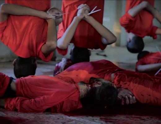 【グロ動画】逆さ吊りにしてから首切って血抜きする家畜解体のような悲惨すぎるISIS処刑現場・・・