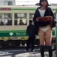 【エロ動画】野外でパンツ見せてくれる女の子いても平静保てるようにこれ見て予行演習しとけwww