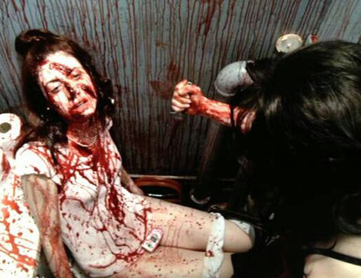 【キチガイ】すれ違う人を傷つけるキレたナイフおばさんが発見される・・・