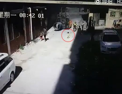 【衝撃映像】フォークリフトに踏まれてしまった小さな男の子・・・