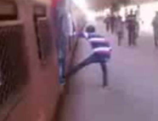 【閲覧注意】インドの子ども達の間で大人気の列車から身を乗り出す遊びで死ぬ瞬間とその後・・・ ※動画
