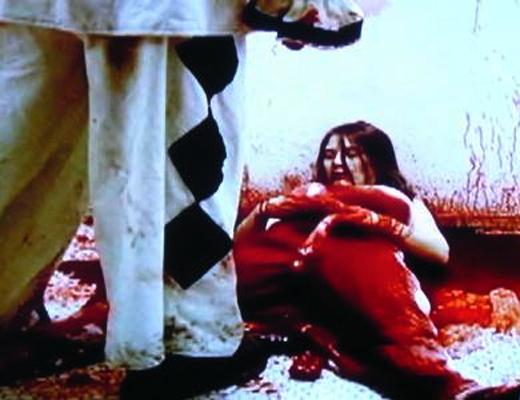 【閲覧注意】中国人の男がキレて女性の腹から腸を引きずり出す・・・もう人間じゃないw