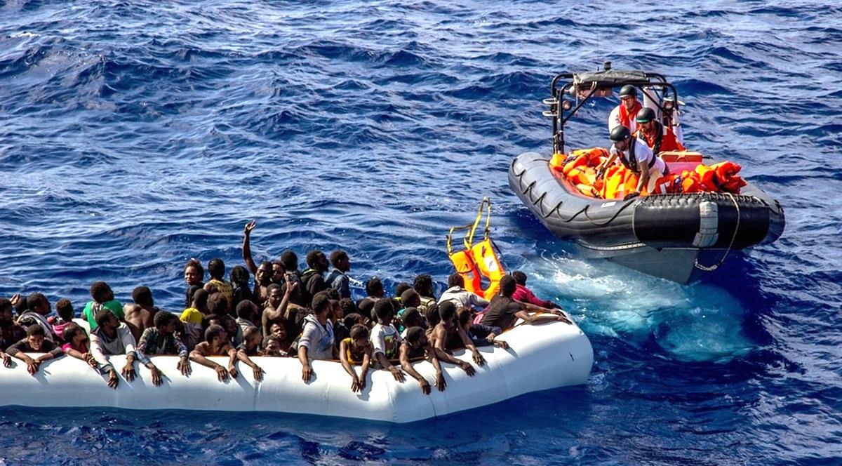 【グロ画像】ヨーロッパに到着する前に大半が死亡したアフリカ難民のボート内部が死体だらけだった件 これは疫病で死にますわ