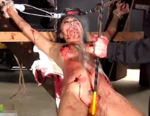 【エログロ】おっぱいと股間に焼印拷問する職人さんに職業インタビューしてみた 無修正