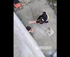 【虐待映像】2歳の息子の足を棒で何十回も叩き最後には顔面を蹴り付けるキチガイ母親・・・