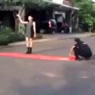 【神業動画】美女に突っ込む車!次の瞬間美女は助手席に・・・これぞ神業マジック!