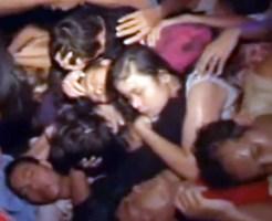 【衝撃映像】人がゴミの様だ!人に大量の人が重なって圧死する一部始終・・・