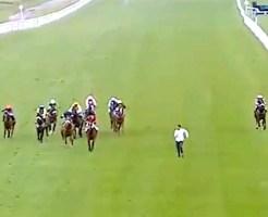 【事故映像】競馬レース中にコースに侵入した結果・・・