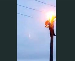 【閲覧注意】電柱に登って遊ぶ子供・・・電線に手をかけた瞬間・・・