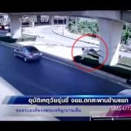 【衝撃映像】橋から落下… 助かったと思った瞬間車が…