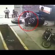 【衝撃映像】タイヤの破裂で人間って簡単に吹っ飛ぶんだな・・・w