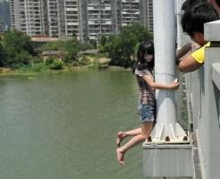 【自殺映像】飛び降り自殺する女性・・・落ちてる途中を間近で見たの初めて…