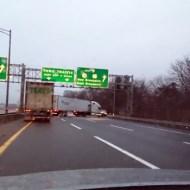 【衝撃映像】後数十センチで死んでた!?スリップした大型トラックが迫ってきた・・・