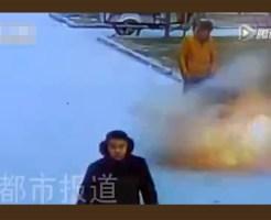 【爆発】爆竹をマンホール内に入れた息子がぶっ飛んだ・・・【安定の中国】