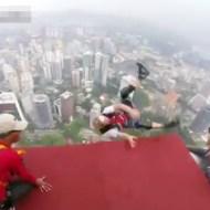 【衝撃映像】ひも無しで超高層ビルから飛び降りる玉ひゅんアトラクションw動画有り