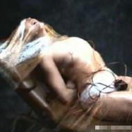 【エロ拷問】金髪美女をラップで動きを封じ込めて、電流拷問