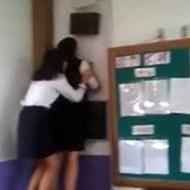 【閲覧注意】韓国の女子中学生の日常が怖い!教室の壁に向かって発狂しながら絶叫している姿・・・。