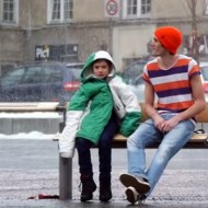 【衝撃映像】バス停で寒がる子供を置いたらどうなるか?ノルウェー優し過ぎw