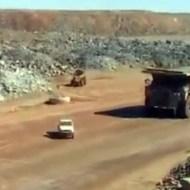 【衝撃映像】車がゴミの様だ!!超巨大ダンプカーの戦闘力がヤバイw
