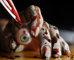 【閲覧注意】病院に運ばれた男性の目にナイフが根元まで刺さってる・・・・