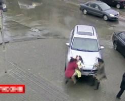 【グロ動画:車】歩行者達に向かって急発進、1人を死亡させてしまうロシア人の43歳女性ドライバー