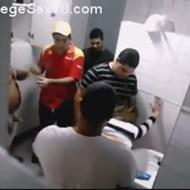 【本物レイプ】トイレで男達が群がっていたので上から覗いてみたら・・・※衝撃ズコバコ映像