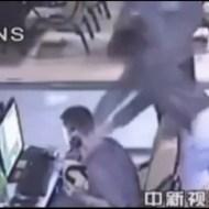 【殺人】ネットカフェで若者が襲撃!腹をメッタ刺しにして逃走・・・