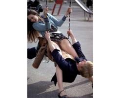 【エロ動画】公園のブランコでセ●クスしてるバカップルが盗撮されてるwwwwwww