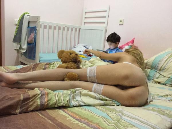 (写真)ロシアのマジキチお母ちゃん、子供の前でまんこを晒した写真で世界的に大炎上。