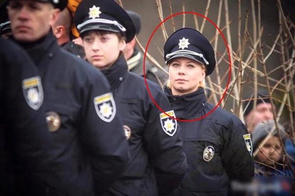 真面目な女性警察官(26)の素顔・・・(12枚)