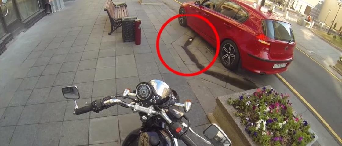 Motoqueira justiceira devolve lixo abandonado por motoristas porcos
