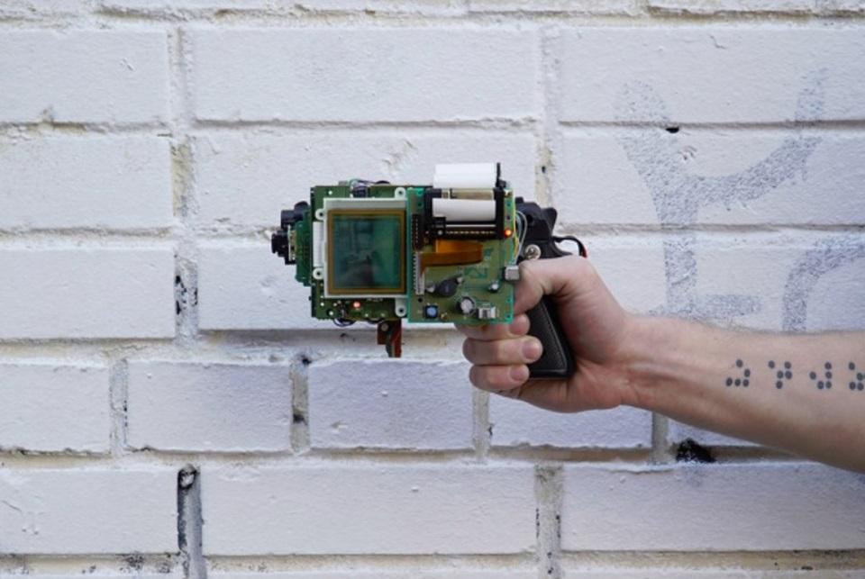 Câmera em forma de arma feita com Game Boy funciona de verdade [vídeo]