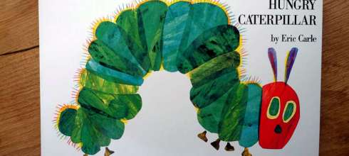 歷經半世紀的故事 The Very Hungry Caterpillar 向這隻好餓毛毛蟲致敬