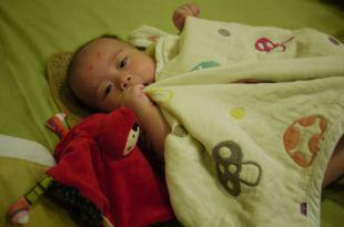 [寶貝好物]嬰兒蓋毯~mothercare洞洞毯 VS Hoppetta蘑菇被大PK