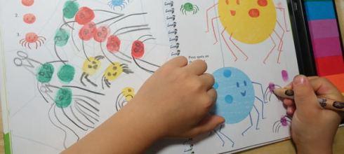把彩虹放進孩子的想像裡●Usborne Fingerprint activities彩虹指印畫盒●