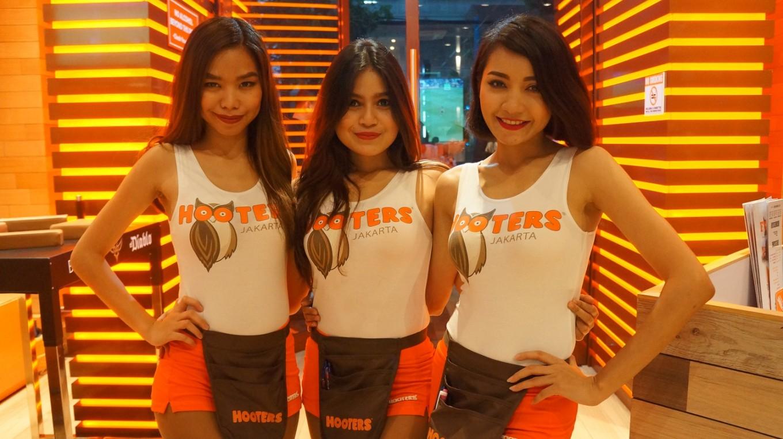 newly opened hooters jakarta boasts family friendly sports bar concept