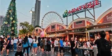 泰國曼谷跨年   Asiatique河濱碼頭夜市-跨年來這裡就對啦! (文末有煙火影片)演唱會超級High,泰菜美食、手標牌泰式奶茶吃喝都不膩。