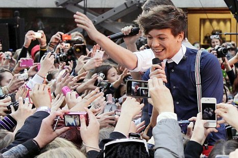 Louis Tomlinson One Direction 1D New York CityRockefeller Center