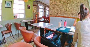 捷運士林站美食 | 看電車咖啡館 喝酒小酌 下午茶 免費Wi-Fi上網 插座 無限時