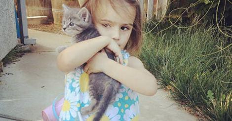 不是松鼠是小貓,三歲女孩當起小媽媽