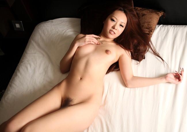 【ヌード画像】ベッドの上で美女が脱ぐ!惜しげもなく肌をさらす姿に感動(34枚) 23