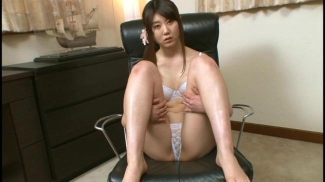 【ヌード画像】裸で椅子に座った美女が妙にそそるw(30枚) 25